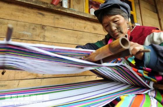 独龙族妇女在织独龙毯